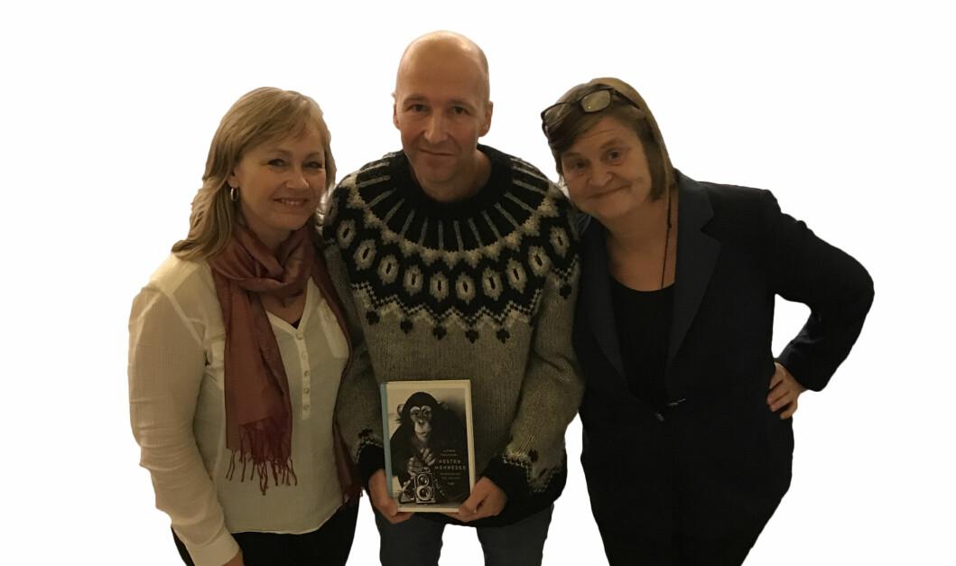 Alfred Fidjestøl snakker om ledelse og aper med Kristin Botnmark og Elin Ørjasæter. Foto: PRIVAT