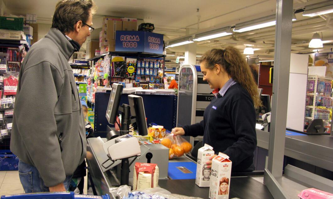 Illustrasjonsbilde: Butikkarbeid. Et stort antall ansatte i varehandel har ikke tariffavtale og dermed heller ikke AFP. Det er mange unge i bransjen og få står til pensjonsalder. Likefullt betaler de for AFP-en gjennom skatteseddelen. Foto: Scanpix NTB