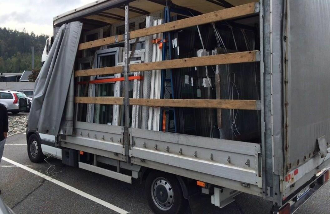 Denne utenlandske varebilen ble stoppet av Statens vegvesen med totaltvekt på 4800 kilo. Det er 1,3 tonn for mye vekt. Foto: Statens vegvesen